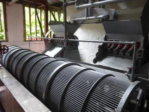 En esta maquina se separa el grano de café de la corteza roja.